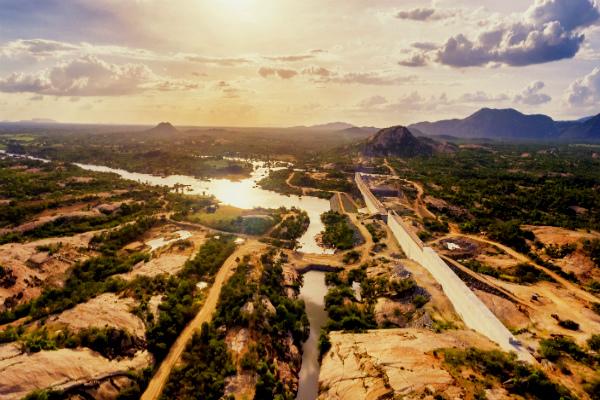 Governo garante a moradoras da comunidade Barra de Santana, afetada pelas obras da barragem de Oiticica, que construção das novas casas será retomada em Breve.