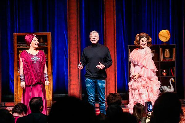 O autor Miguel Falabella entre suas cantoras e atrizes no palco