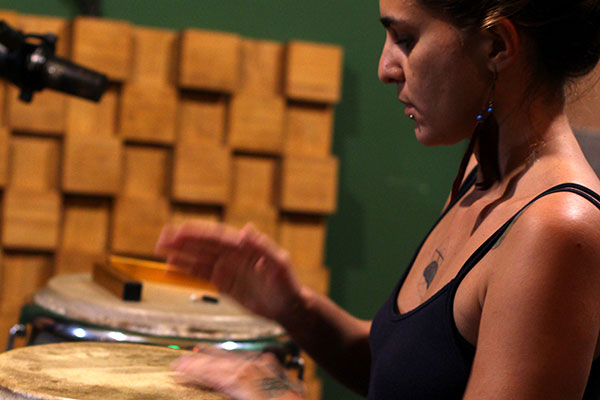 Entre poesias e batuques, Aiyra, projeto da percussionista Maíra Sales, chega ao álbum autoral