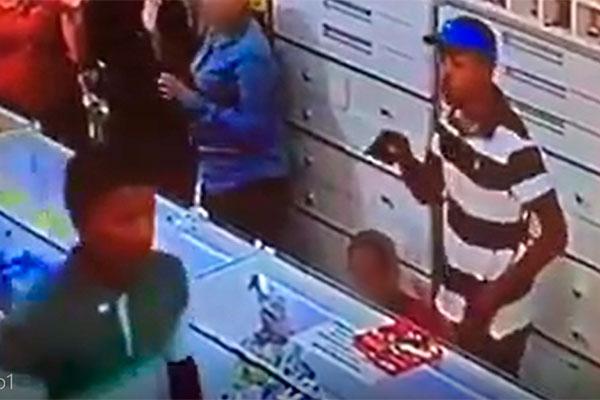 Criminoso de camisa verde foi preso, enquanto bandido que aparece com arma em punho segue foragido