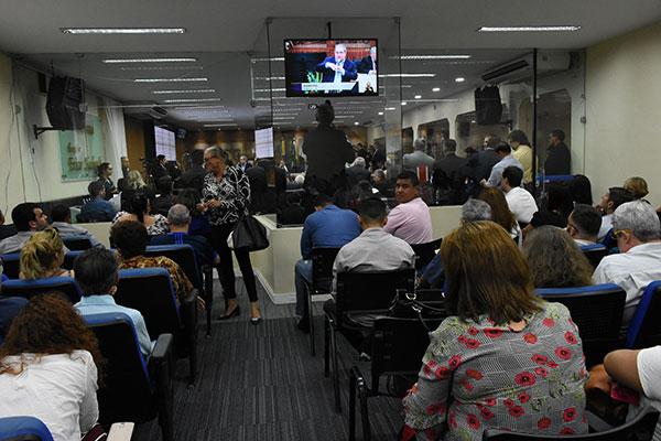 Populares e representantes de entidades acompanharam a apresentação na galeria da Câmara