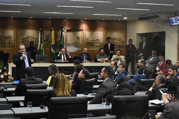 Prefeito Álvaro Dias foi quem fez a explanação sobre propostas de mudanças para o documento. Revisão do Plano Diretor deve ser feira a cada dez anos