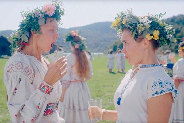 Jovem vai para uma comunidade meio hippie na Suécia para ver os ritos do solstício de verão, mas coisas estranhas acontecem à luz do dia