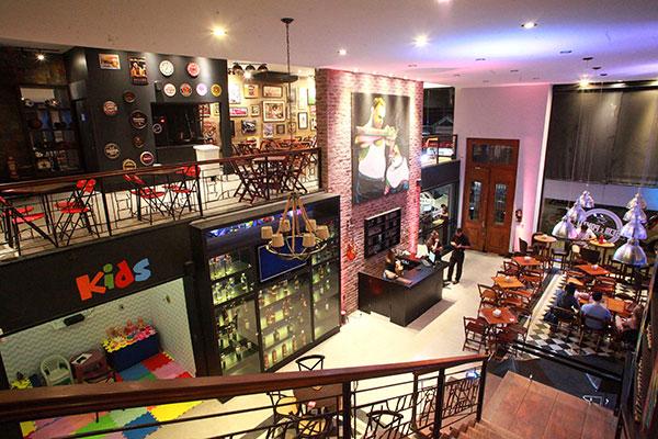 Seis em Ponto ocupa dois andares da barbearia Saloon, que conta com espaço kids