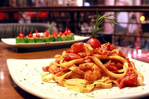 Salmão do chef em roll e Fettuccine de camarão são itens do novo cardápio