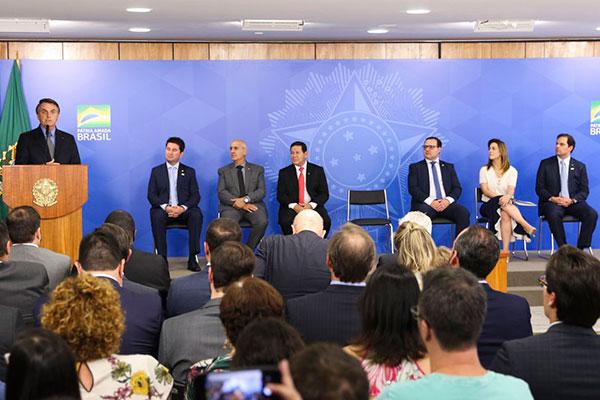 Presidente Jair Bolsonaro sancionou lei ao lado de lideranças políticas e empresariais em Brasília