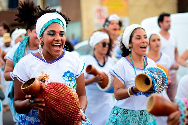 A fotografia foi registrada por Cícero Oliveira, que acompanhou a Nação Zambêracatu durante o carnaval, no cortejo da Coroação da Rainha, e no Dia de Iemanjá