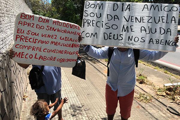 Em vários pontos da cidade, os venezuelanos refugiados podem ser vistos pedindo ajuda