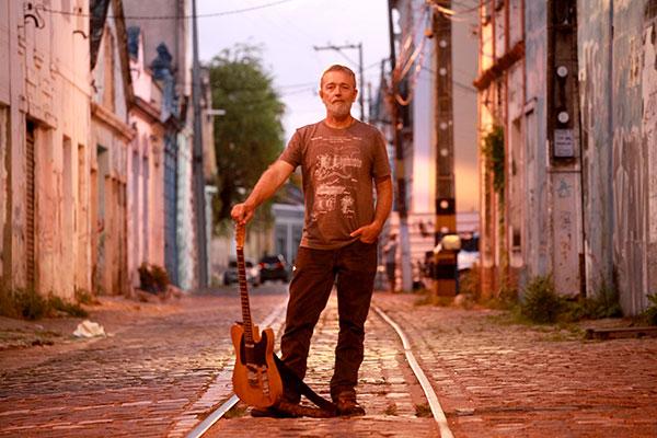 Um dos instrumentistas mais conhecidos de Natal, Adriano Azambuja se reconecta à Rua Chile dos anos 90, onde todo jovem músico com trabalho autoral procurava estar