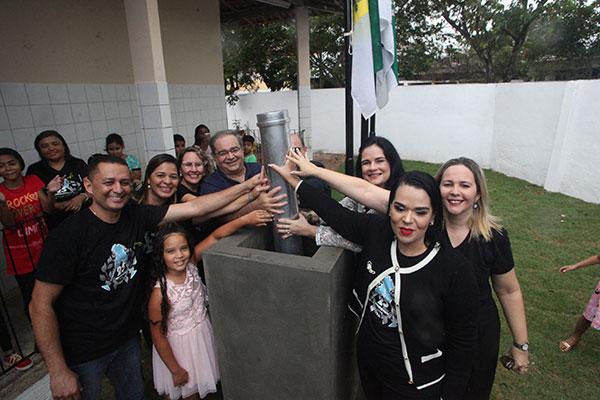 Cápsula do tempo, enterrada ontem na escola Ascendino de Almeida será aberta em 25 anos. Cerca de 700 alunos escreveram cartas com memórias da escola e da vida de cada um