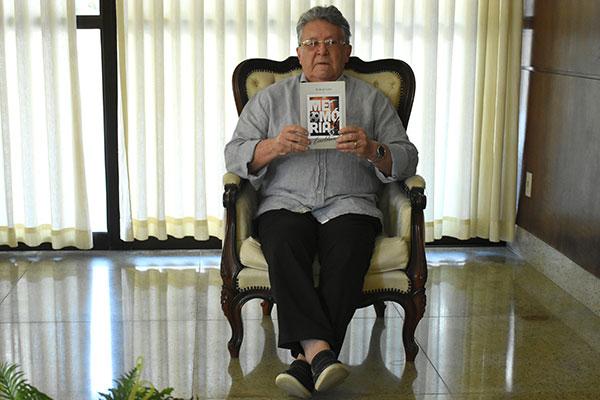 Ex-zagueiro de futebol, médico e escritor, Berilo de Castro reúne memórias e histórias de personagens com quem conviveu