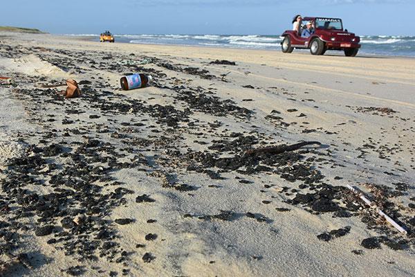 A Praia da Redinha é uma das afetadas no Rio Grande do Norte com grande concentração dos resíduos de óleo