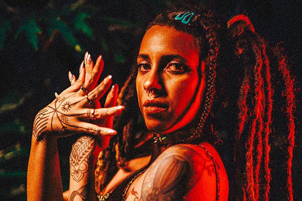 Felina e festiva, Luísa Nascim  chega com seus Alquimistas para fazer dançar nesta miscelânea de ritmos que compõe o Jaguatirica Print