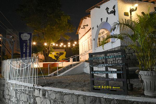 Foram convocados oito artistas para dar uma nova cara ao clube, colorindo a área externa, pátio e quintal