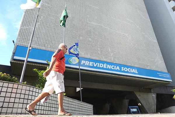 Número de trabalhadores contribuintes para a Previdência Social diminuiu, o que faz ampliar o rombo nas contas do INSS nacional
