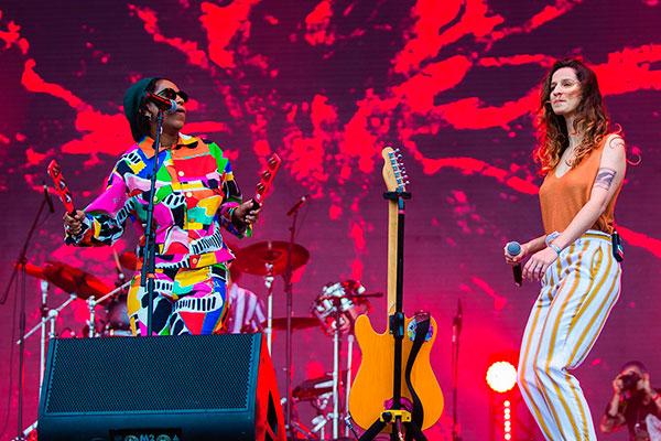 No palco Sunset, a banda natalense Plutão Já Foi Planeta fez sua estreia ao lado de Mahmundi