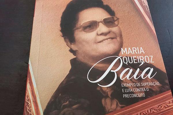 Livro conta a história da educadora Lúcia Eneida Ferreira Moreira, que só conseguiu entrar naescola aos 28 anos, se formou em Economia e virou professora e vereadora