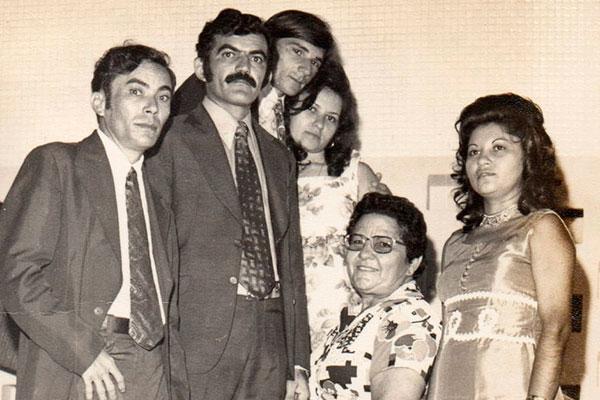 Maria Queiroz, a Baía, em foto ao lado dos amigos nos anos 70. Em vez de cadeira de rodas, Baía pediu a um sapateiro para fazer um sapato adaptado, no formato de botinhas. Minha tia ia para a Câmara Municipal sozinha, subia as escadas cantando Maria de Nazaré, lembra a sobrinha Lúcia Eneida, autora da biografia