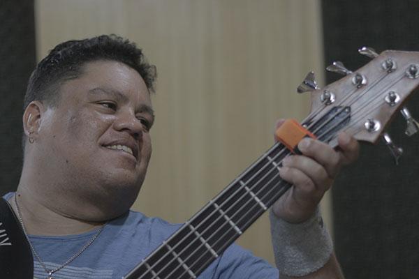 Depois de groovar no palco do Rock in Rio, Junior mostra ao vivo sua agilidade de baixista dançarino