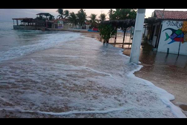 Desde o último domingo que a cada preamar os moradores de Galinhos se afligem com a quantidade de água que invade as ruas e que diminuiu a faixa de praia
