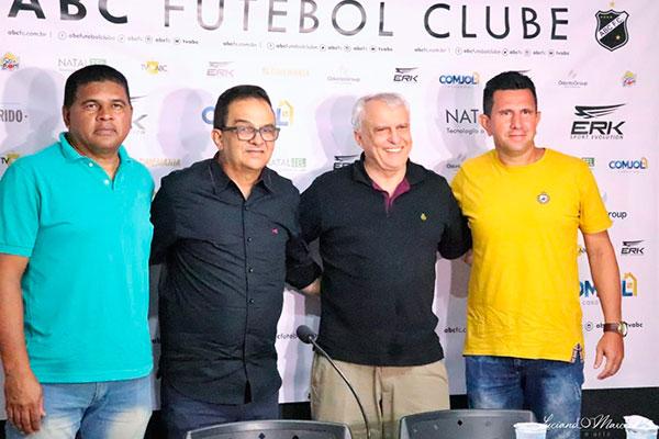 Presidente do ABC, Fernando Suassuna, saúda a nova comissão: Romildo, Francisco Diá e Tinho