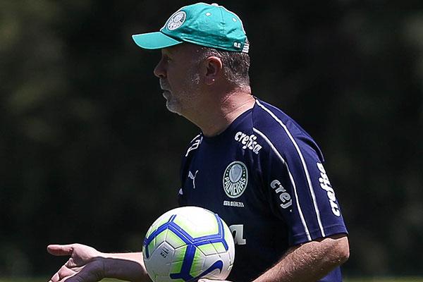 Após suspensão, Mano Menezes voltará ao banco do Palmeiras