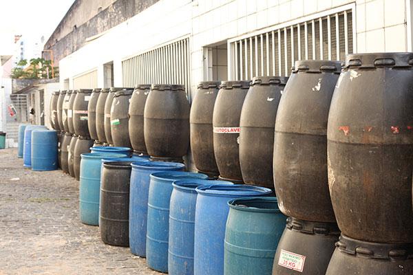 O lixo hospitalar nesta segunda-feira continuava acumulado, sem coleta no Walfredo Gurgel