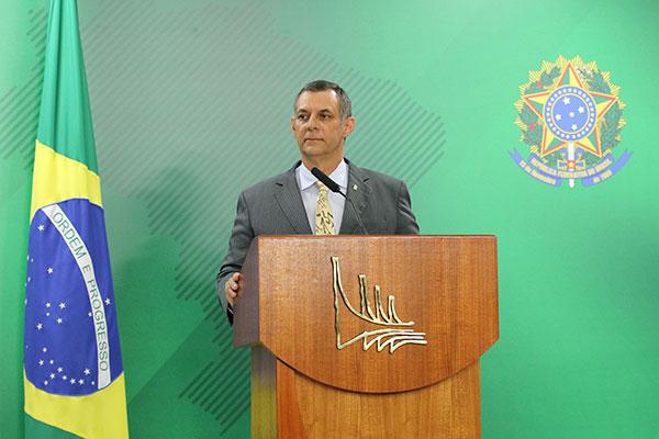 Porta-voz Otávio Rêgo Barros admite que há estudo sobre mudanças para os futuros servidores, mas nega alterações para os atuais
