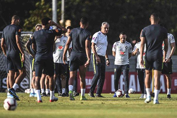 O técnico Tite testa opções para escalar os titulares no jogo de amanhã contra Senegal às 9h