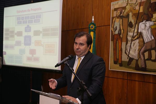 Rodrigo Maia conversou com governadores e líderes de bancadas sobre distribuição dos recursos