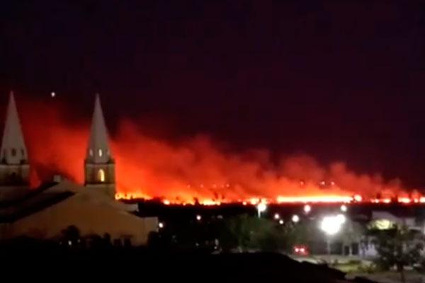 Incêndio de grande proporção está sendo monitorado pelo Corpo de Bombeiros