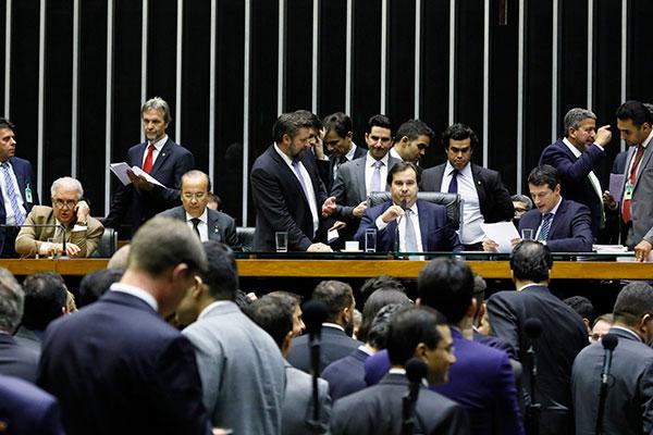 Rodrigo Maia, presidente da Câmara, anuncia a aprovação do projeto que define o rateio