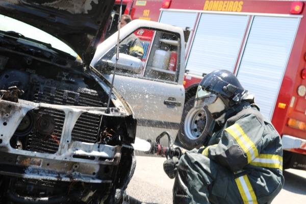 Bombeiros combatem chamas em carro