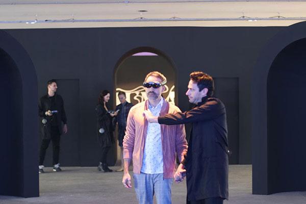Mostra Humanx provoca reflexão sobre real e virtual na SPFW