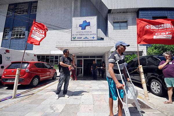 Sindicalistas realizaram ato de protesto contra a interdição do Hospital Ruy Pereira, na manhã desta quarta-feira