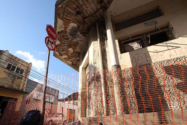 O Corpo de Bombeiros interdita local que está em risco, mas avaliação para reforma tem que ser contratada pelo proprietário do imóvel