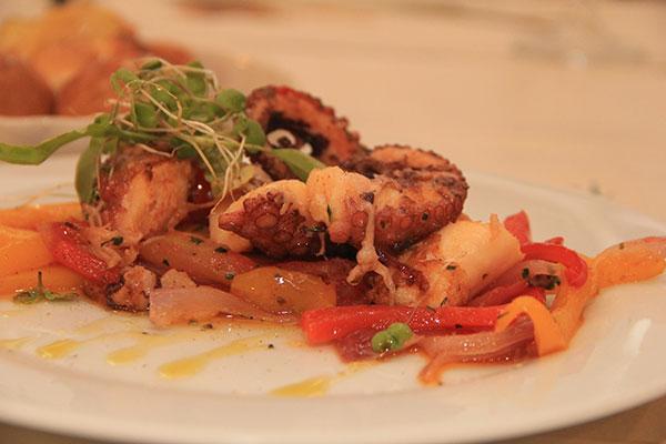 Pratos são preparados com iguarias frescas, disponíveis no expositor refrigerado