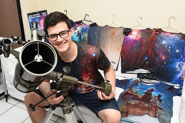 Pedro Pinheiro lançou uma loja virtual de camisas com estampas sobre astronomia