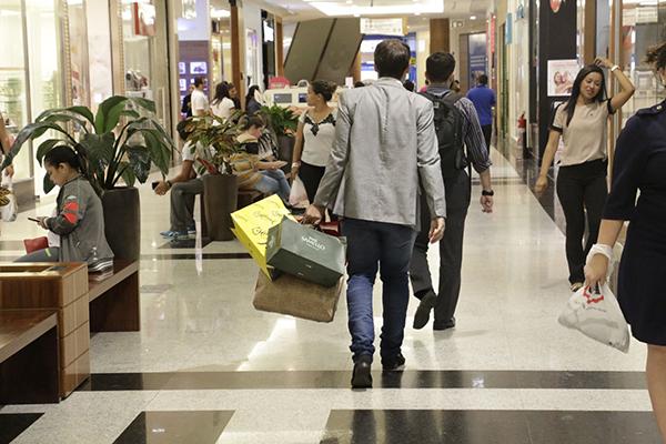 A partir de novembro, com proximidade da Black Friday, maioria dos shoppings ampliam número de trabalhadores e horas abertas