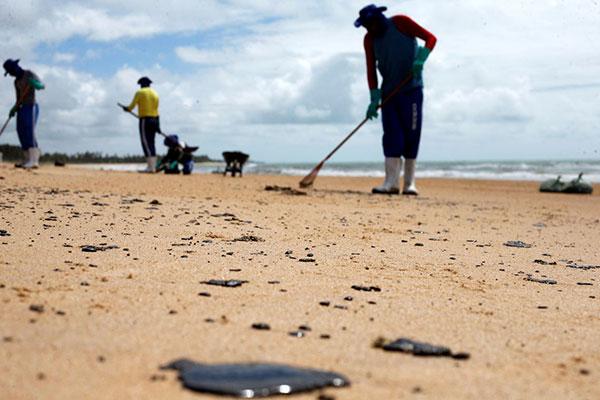Voluntários colaboram para retirada do óleo nas praias do Nordeste