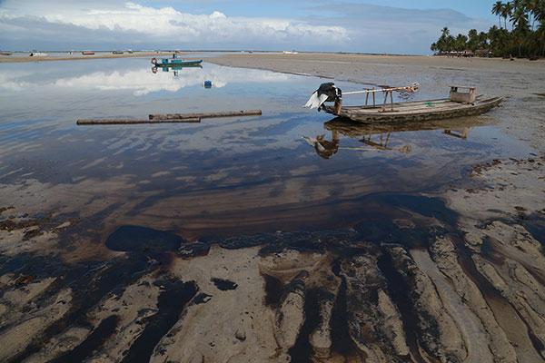 Em Pernambuco, ações do governo estadual e de voluntários já retiraram 71 toneladas de óleo das praias do litoral sul