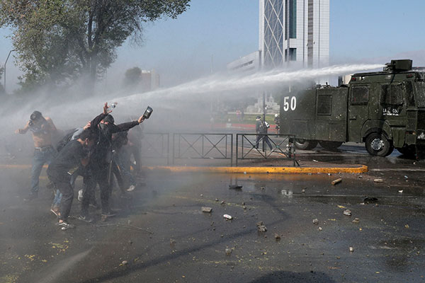 Em Santiago, confrontos violentos entre a polícia e manifestantes