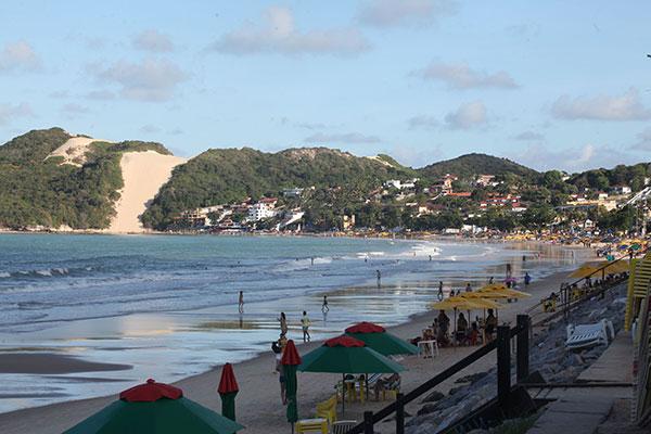 Obra de engorda (aterro) é a segunda etapa das medidas tomadas para conter a erosão do mar na praia urbana mais conhecida da cidade