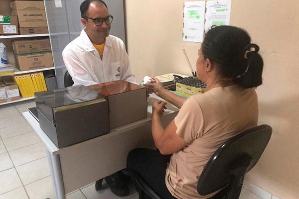 Equipe multidisciplinar atende a pacientes que são acompanhados e recebem medicamentos no mesmo local