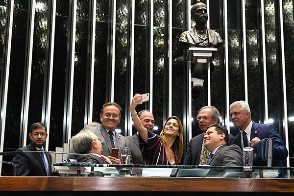 Davi Alcolumbre e Paulo Guedes comemoram a aprovação, em 2º turno, do texto-base da reforma