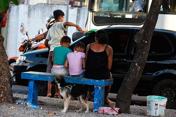 Mães levam filhos para pedir dinheiro nos semáforos em várias avenidas de Natal