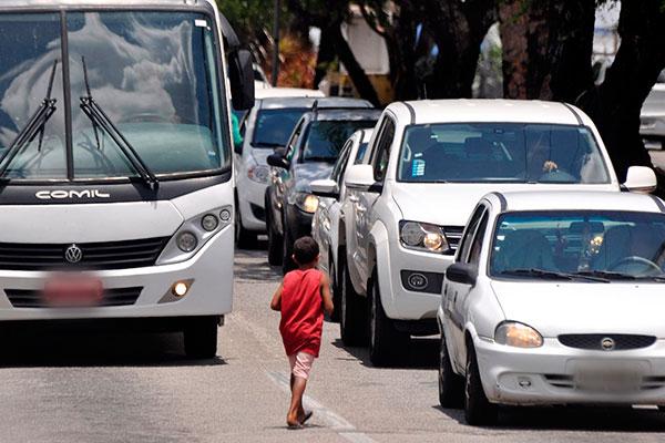 MP e SEAS pedem que população não dê dinheiro a crianças em semáforos