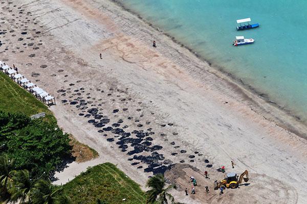 Ministro esteve no estado para tratar de ações de resposta ao desastreoleo/praia/petroleo/litoral