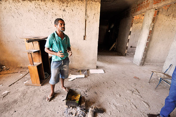 Márcio dos Santos, 40, é um dos ocupantes da unidade básica de saúde em construção. Está lá há dois meses e afirma que sua dependência química preocupa a família