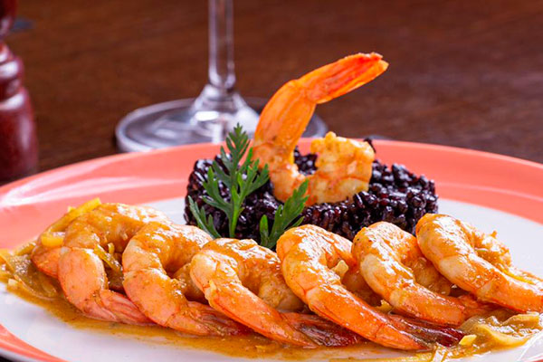 Camarão com arroz negro é opção do menu no novoVinhedos Bistrô